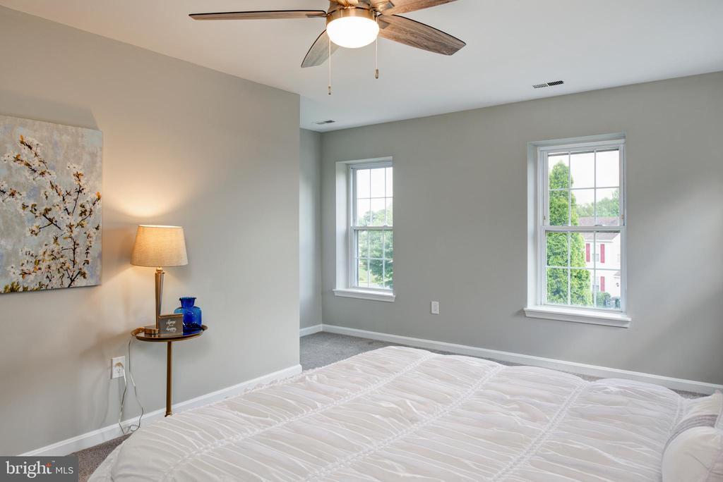 Nook on far side for sitting room - 403 CARDINAL GLEN CIR, STERLING