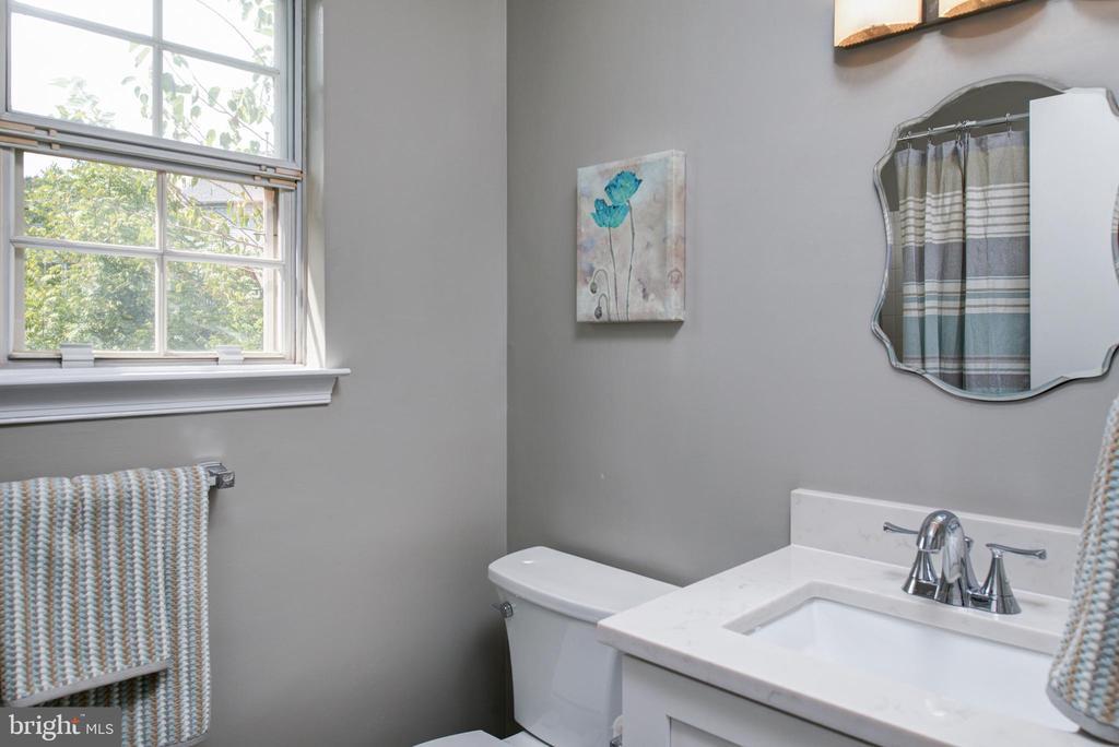 Updated hall bath - 403 CARDINAL GLEN CIR, STERLING
