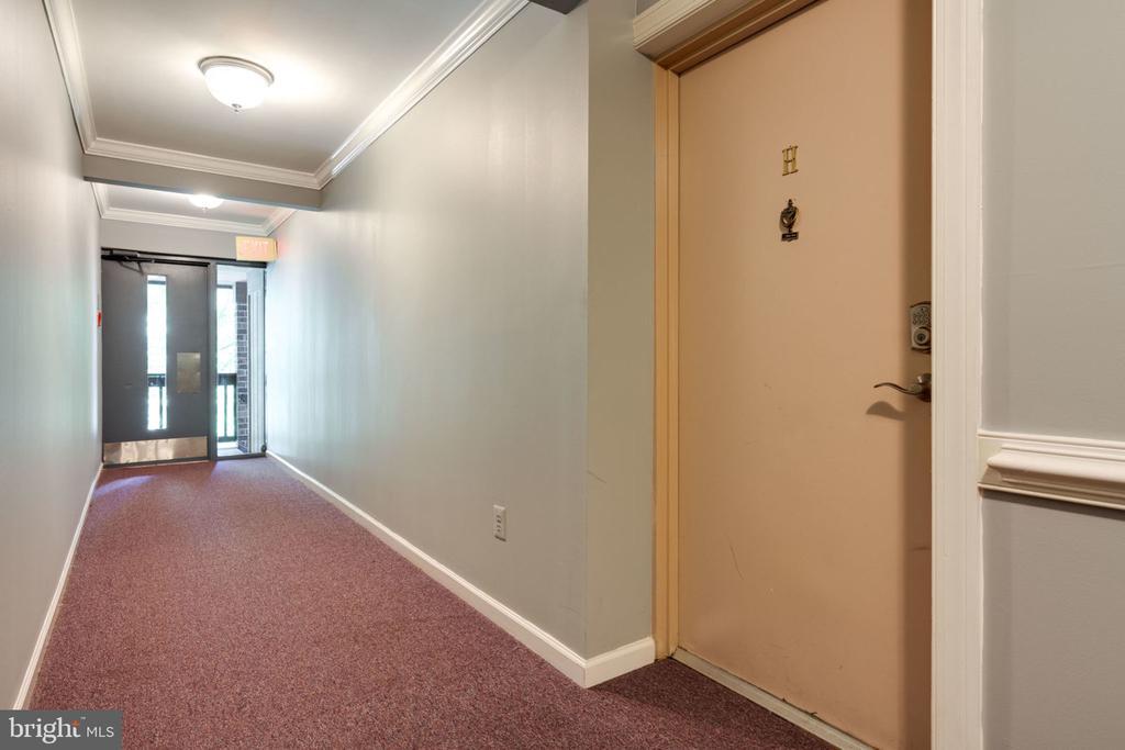 Hall Way - 5804 ROYAL RIDGE DR #H, SPRINGFIELD