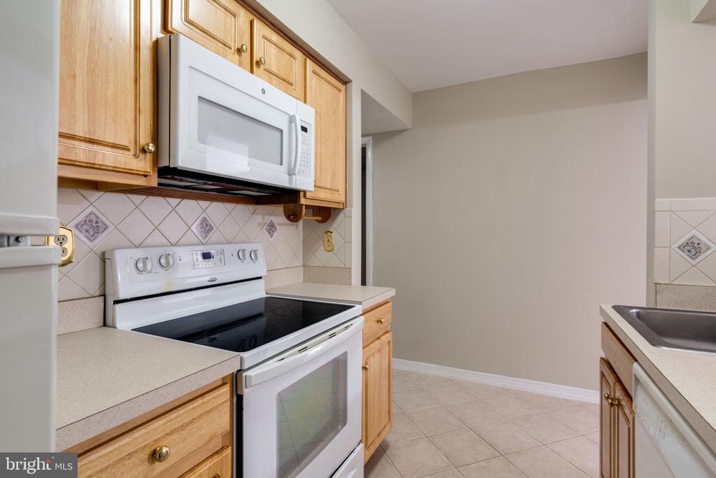 Kitchen : Open Concept & Title Floor - 5804 ROYAL RIDGE DR #H, SPRINGFIELD