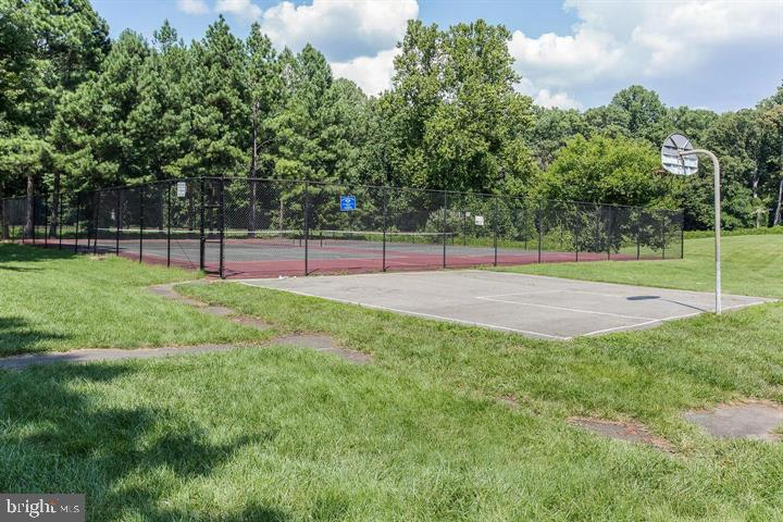 Basketball & Tennis Courts - 5804 ROYAL RIDGE DR #H, SPRINGFIELD
