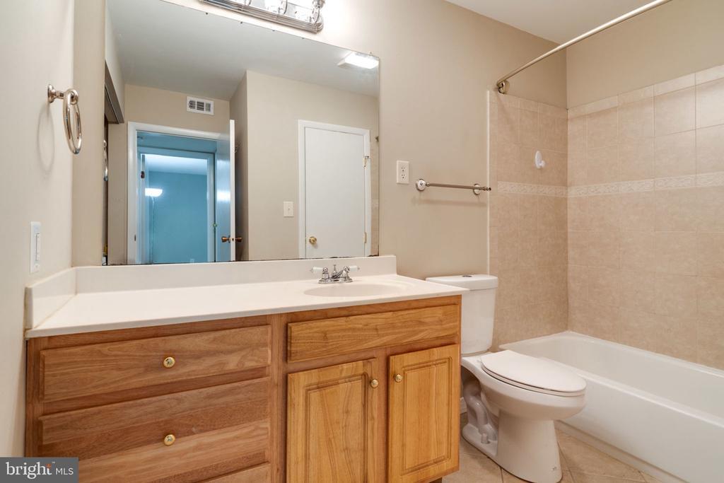 Master Bathroom - 5804 ROYAL RIDGE DR #H, SPRINGFIELD