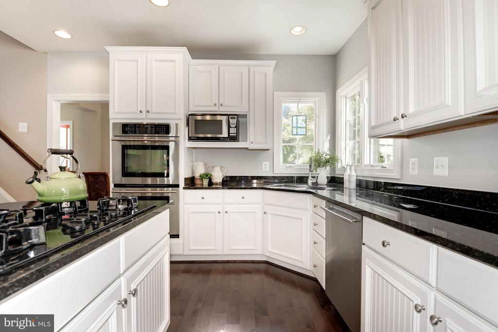 Gas cooktop,  double oven & newer cabinets - 11691 CARIS GLENNE DR, HERNDON