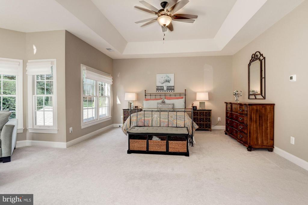 Newer carpet & neutral tones throughout - 11691 CARIS GLENNE DR, HERNDON