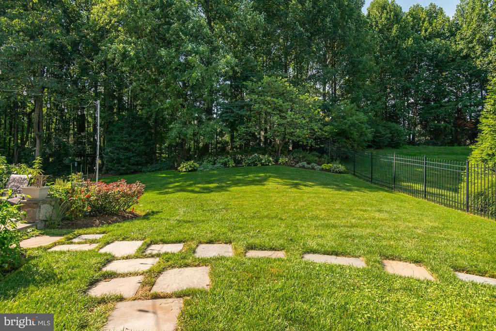 Incredible fully fenced rear yard! - 11691 CARIS GLENNE DR, HERNDON
