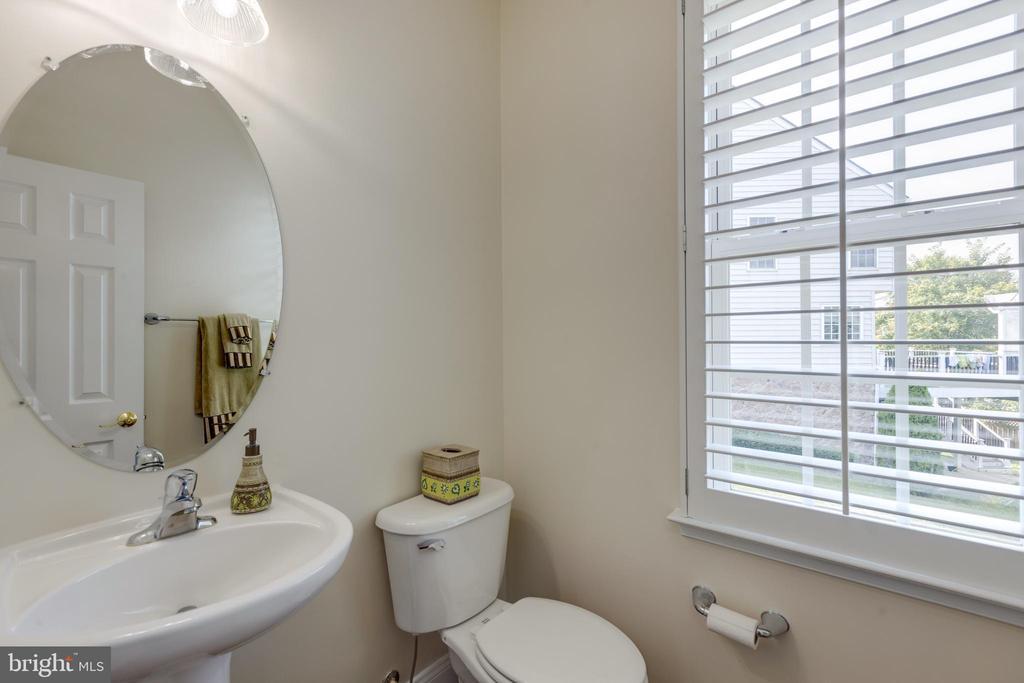 Main level half bath - 42022 GLASS MOUNTAIN PL, ALDIE