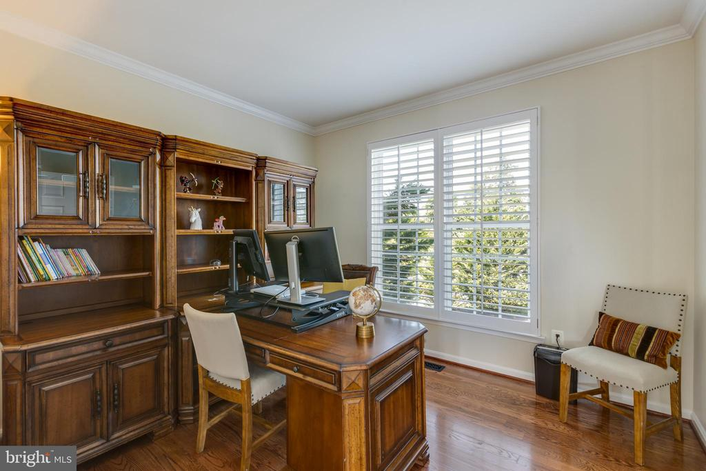 Main level office/6th bedroom with hardwood - 42022 GLASS MOUNTAIN PL, ALDIE