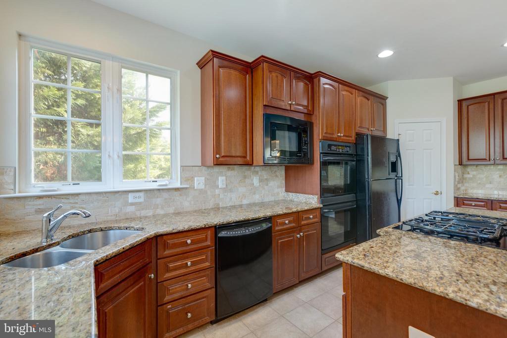 kitchen with granite and backsplash - 42022 GLASS MOUNTAIN PL, ALDIE