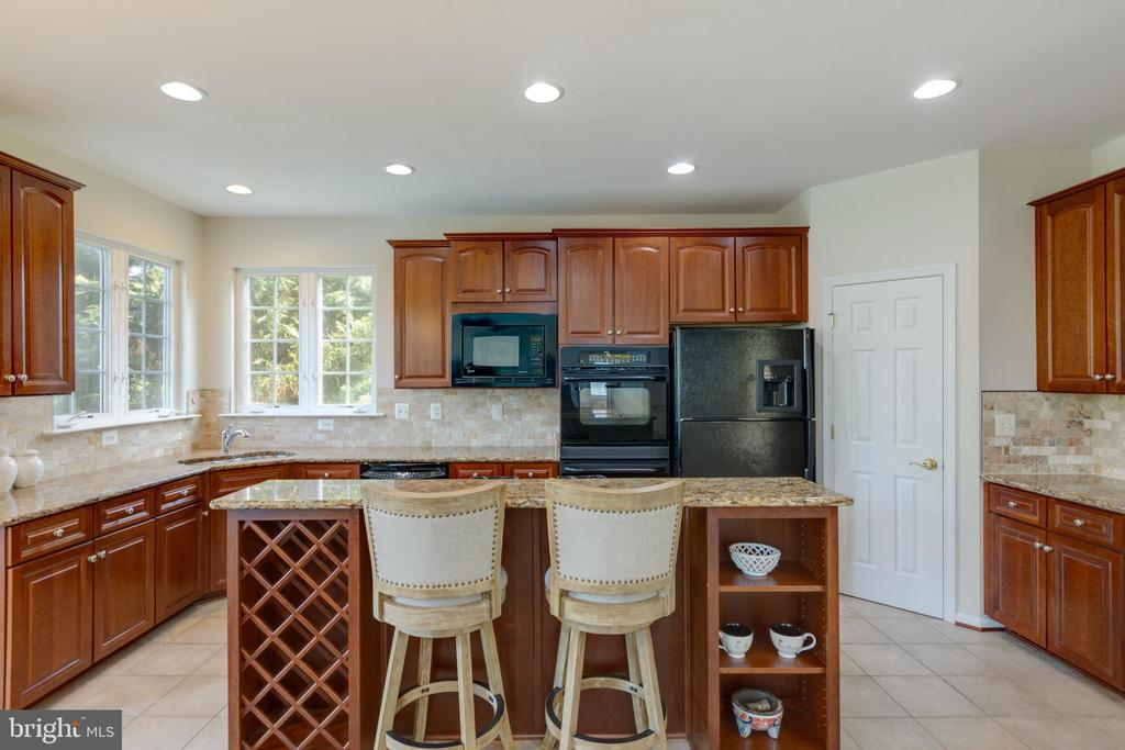 Island with granite countertop - 42022 GLASS MOUNTAIN PL, ALDIE