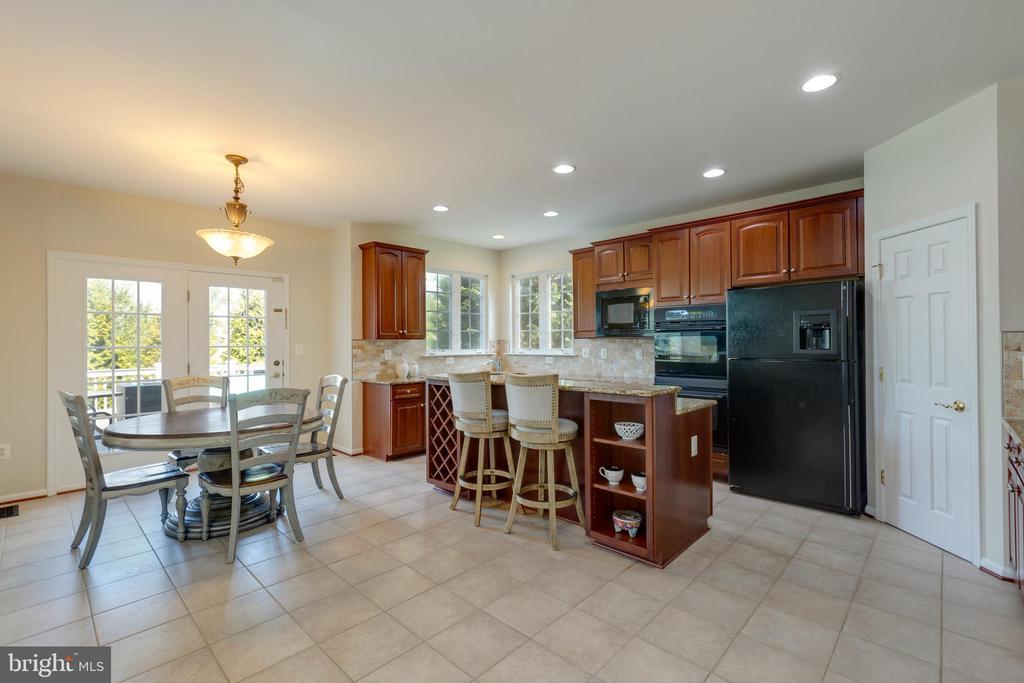Kitchen eat in tile flooring - 42022 GLASS MOUNTAIN PL, ALDIE