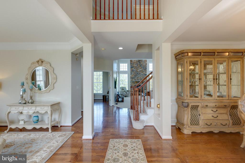 Beautiful two story foyer with hardwood - 42022 GLASS MOUNTAIN PL, ALDIE