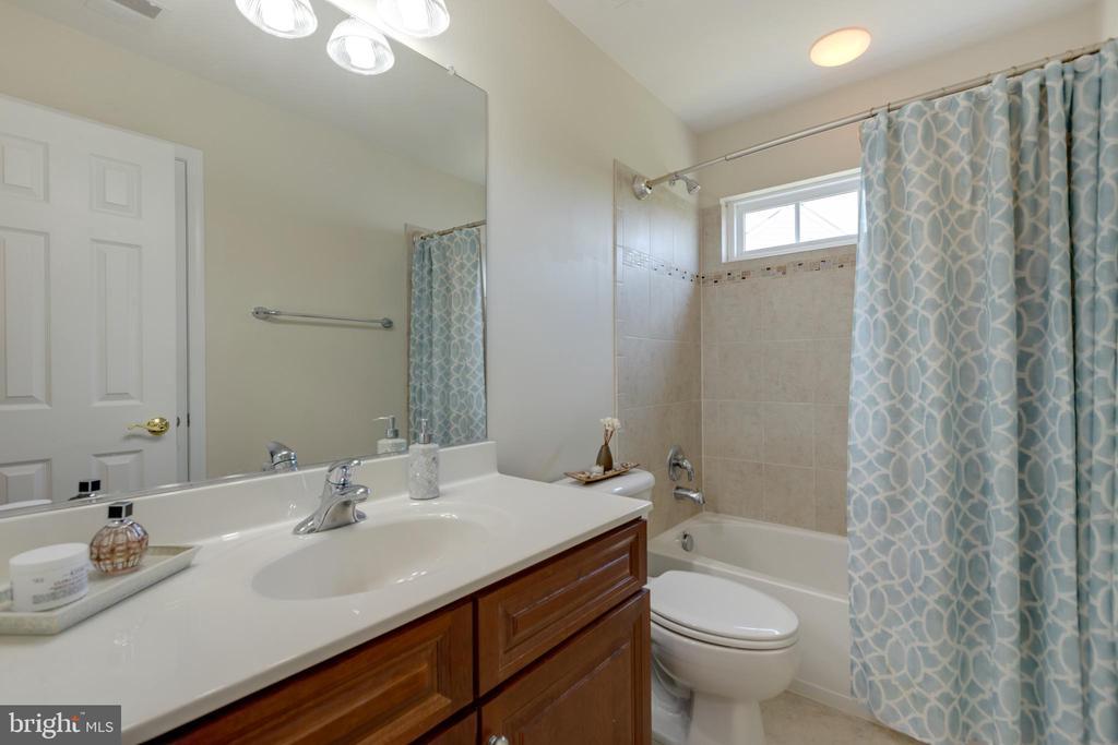 Upstairs Hall bath - 42022 GLASS MOUNTAIN PL, ALDIE