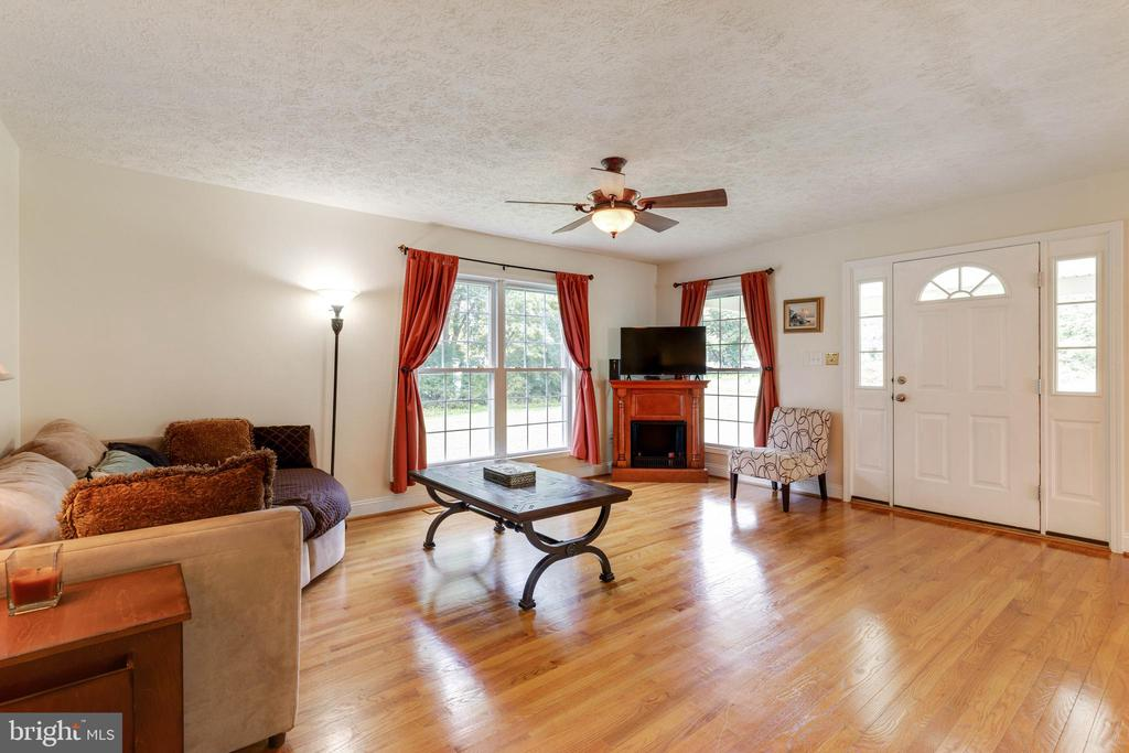 Enter into the large, open family room - 144 AQUA LN, COLONIAL BEACH