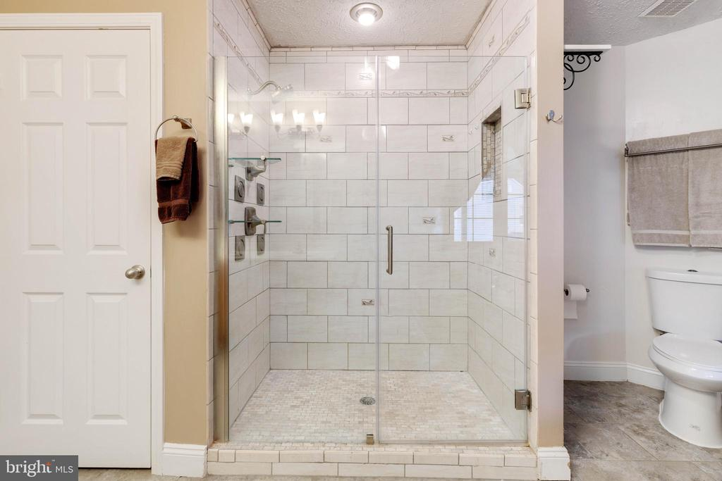 Fully remodeled shower in 2014 with 5 shower heads - 144 AQUA LN, COLONIAL BEACH