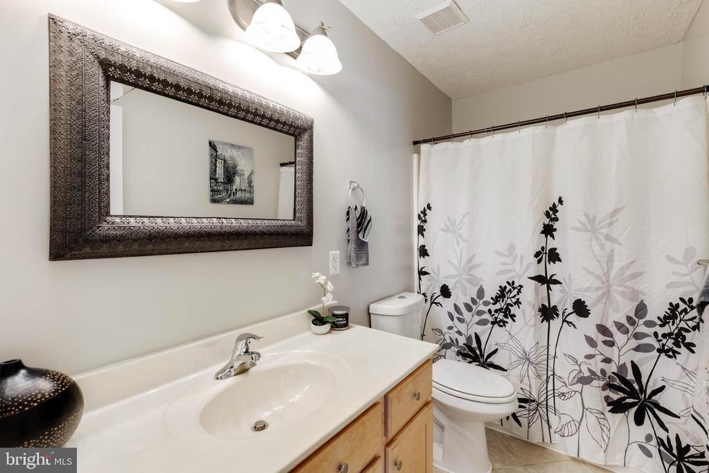 Full hall bath with XL vanity - 144 AQUA LN, COLONIAL BEACH