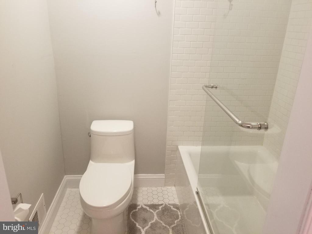 Bathroom - 256 N COTTAGE RD, STERLING