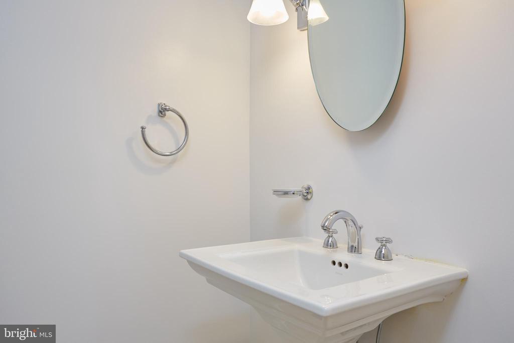 Main Powder Room - 129 N OAKLAND ST, ARLINGTON