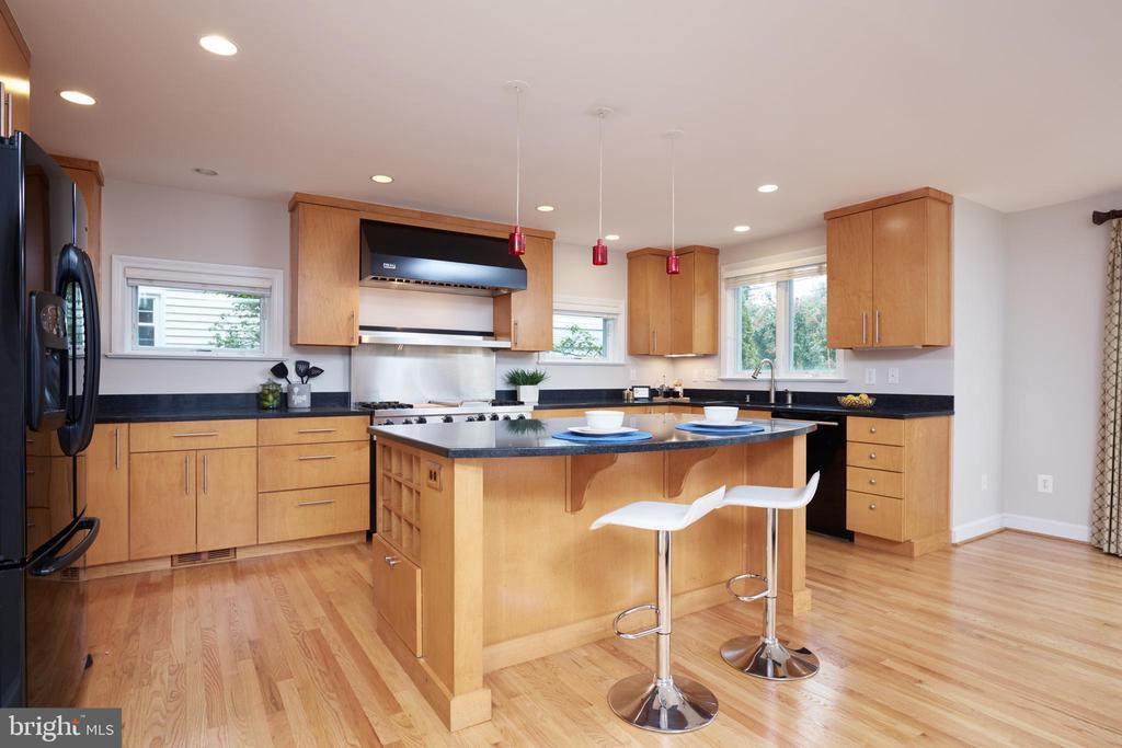 Kitchen with Breakfast Bar - 129 N OAKLAND ST, ARLINGTON