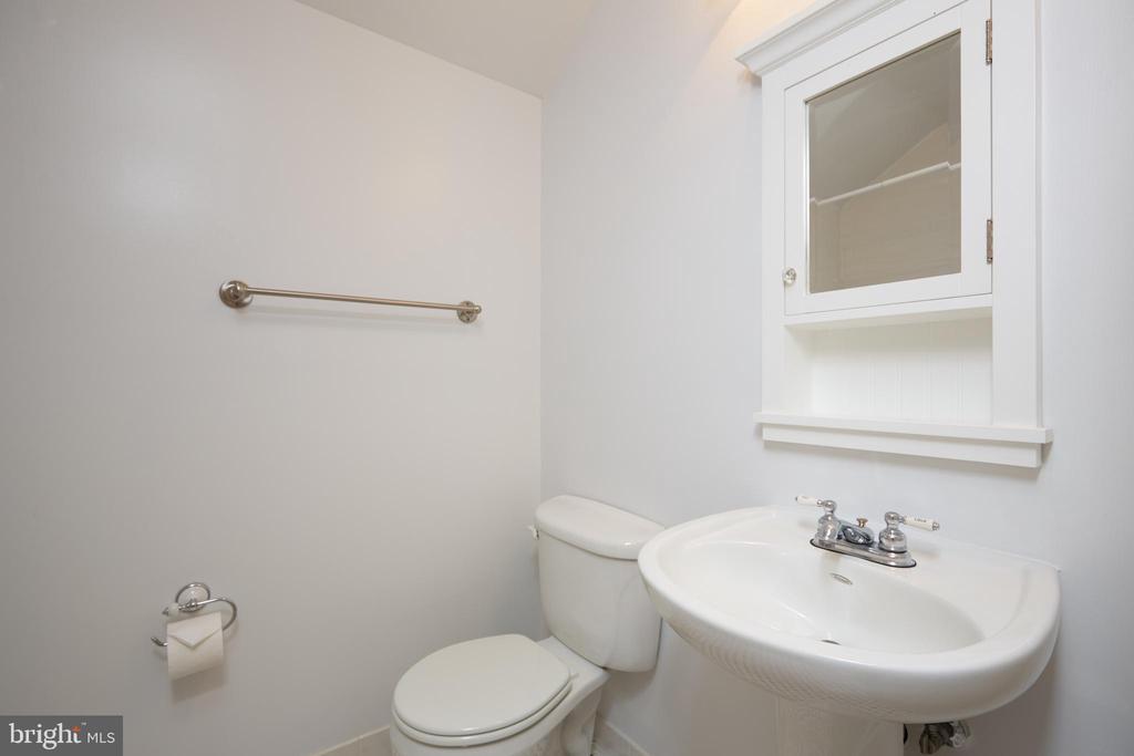 Upper Level Full Bath - 129 N OAKLAND ST, ARLINGTON