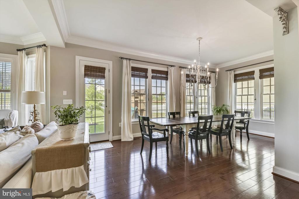 HUGE, Bright Windows in Morning Room Off Kitchen - 41669 APPLEYARD PL, ASHBURN