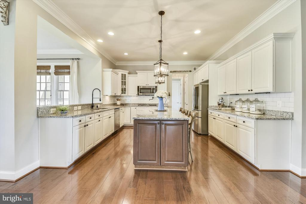 Exquisite Kitchen with Large Island - 41669 APPLEYARD PL, ASHBURN