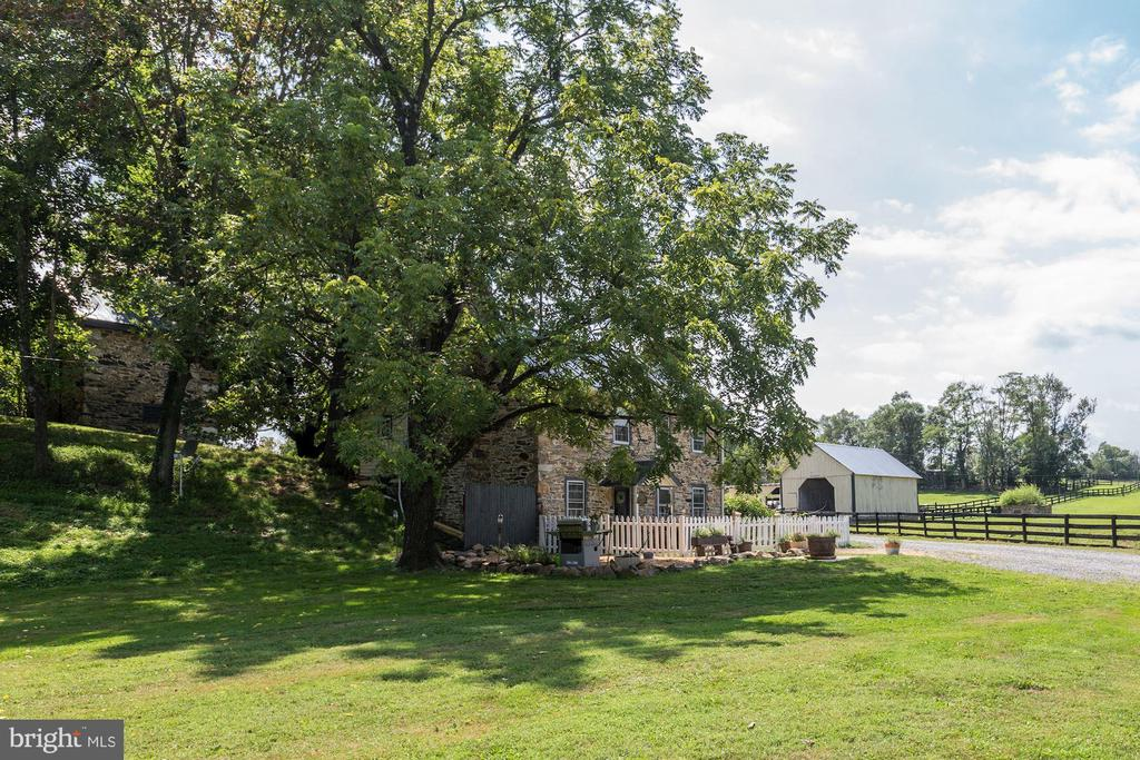 Private setting - 19312 WALSH FARM LN, BLUEMONT