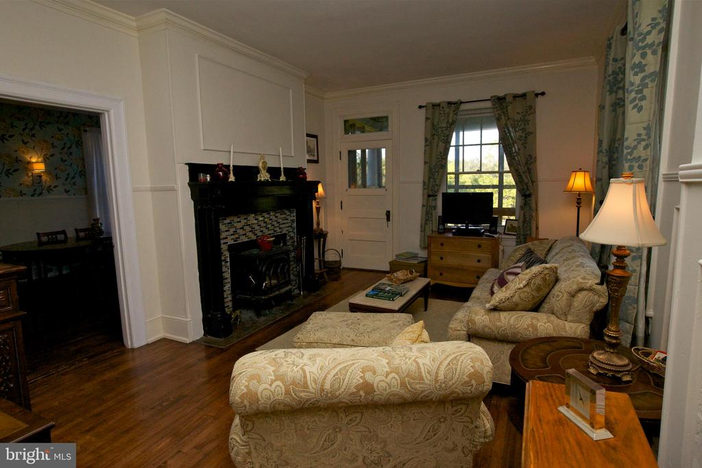 Sitting room with original features - 19312 WALSH FARM LN, BLUEMONT