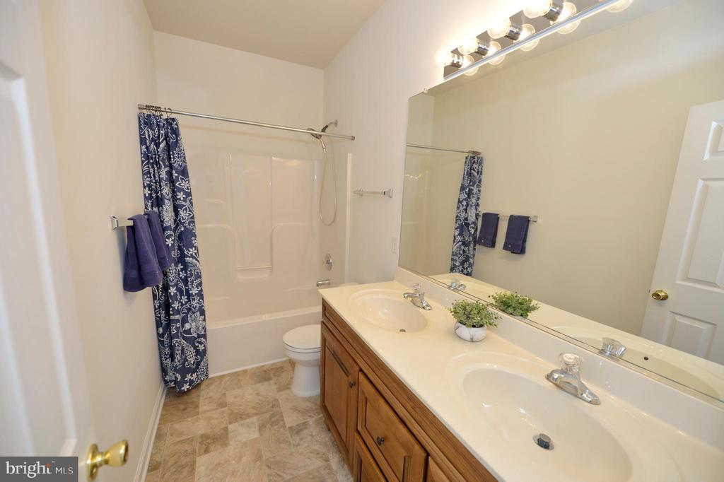 Hall Bathroom - 136 FORTRESS DR, WINCHESTER
