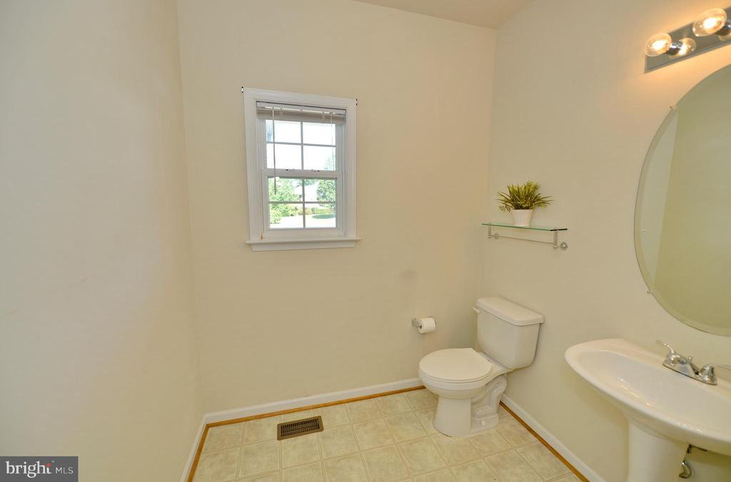 Main Level Powder Room - 136 FORTRESS DR, WINCHESTER