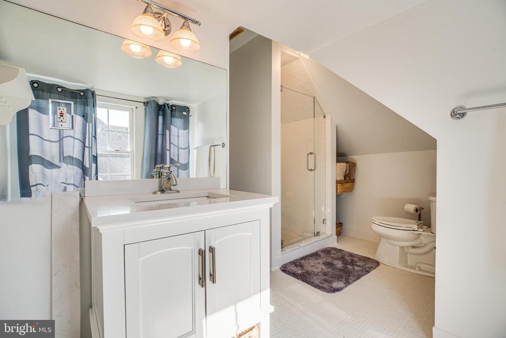 3rd floor full bath - 504 LEWIS ST, FREDERICKSBURG