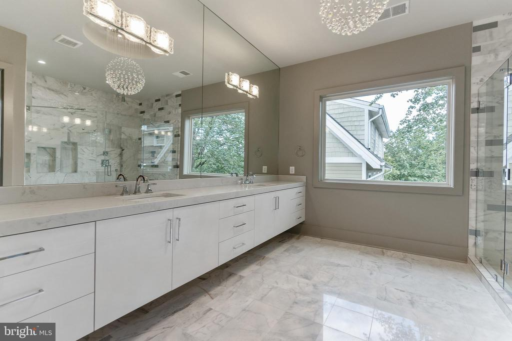 Luxury master bath - 3222 20TH RD N, ARLINGTON