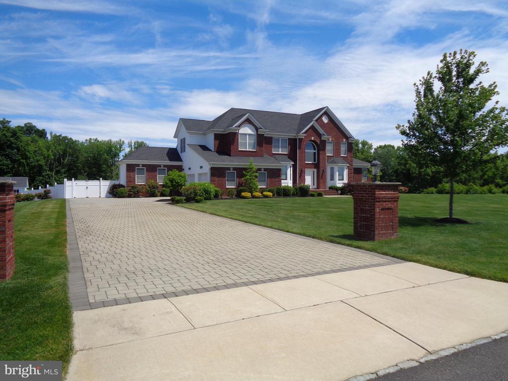 double-width paver driveway - 3 JEREMY PL, HAMILTON