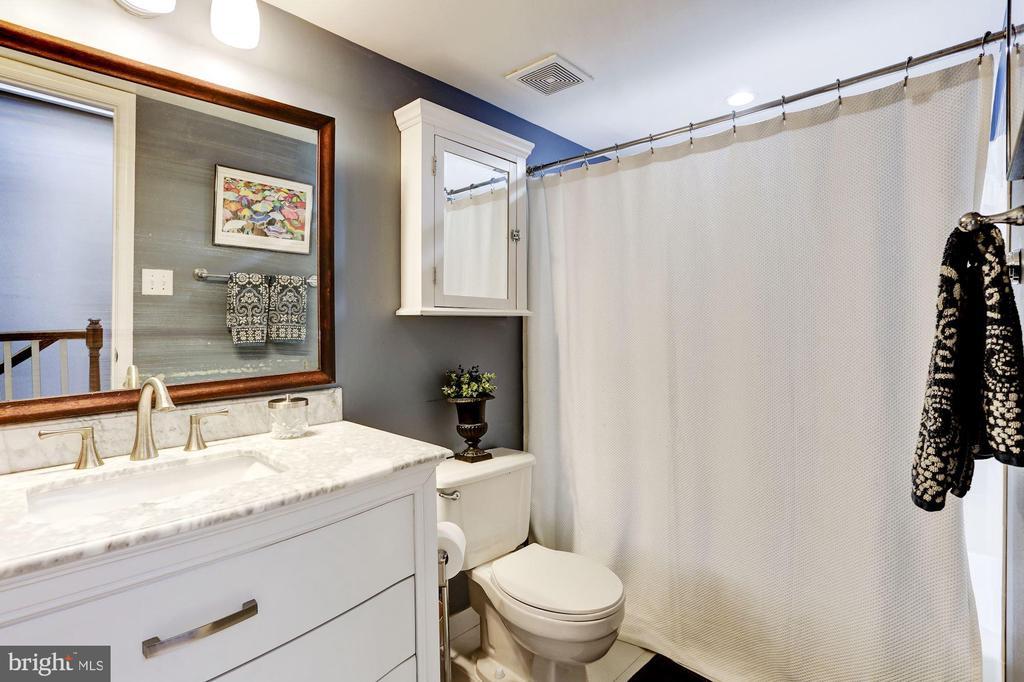 Upper level full bathroom - 3802 PORTER ST NW #301, WASHINGTON