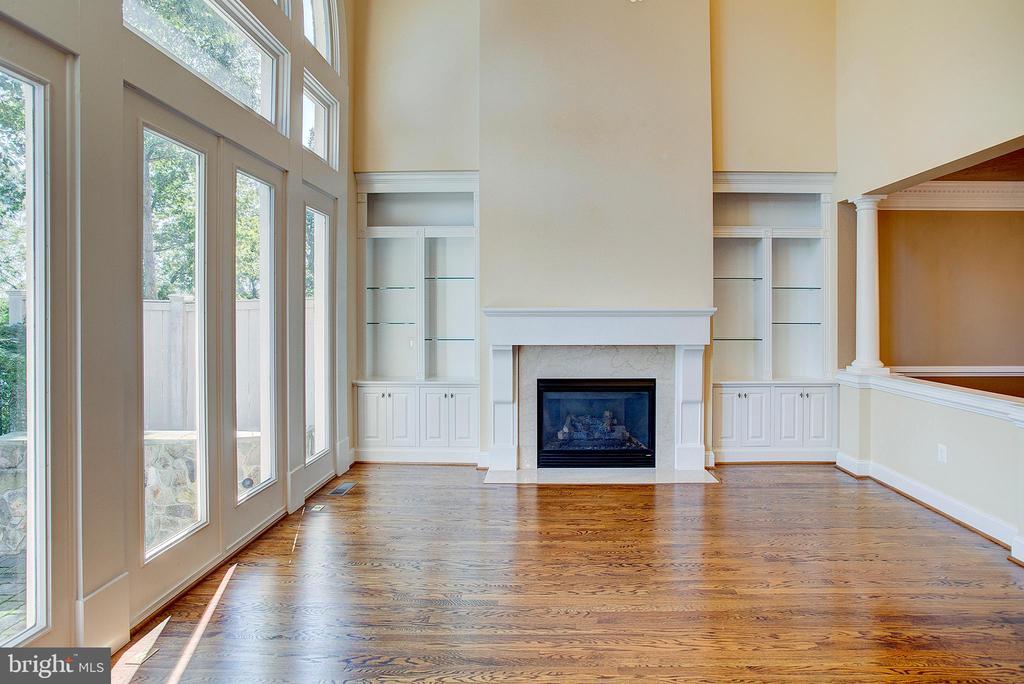 Great Room Gas Fireplace glasa shelf bookcases - 18310 FAIRWAY OAKS SQ, LEESBURG