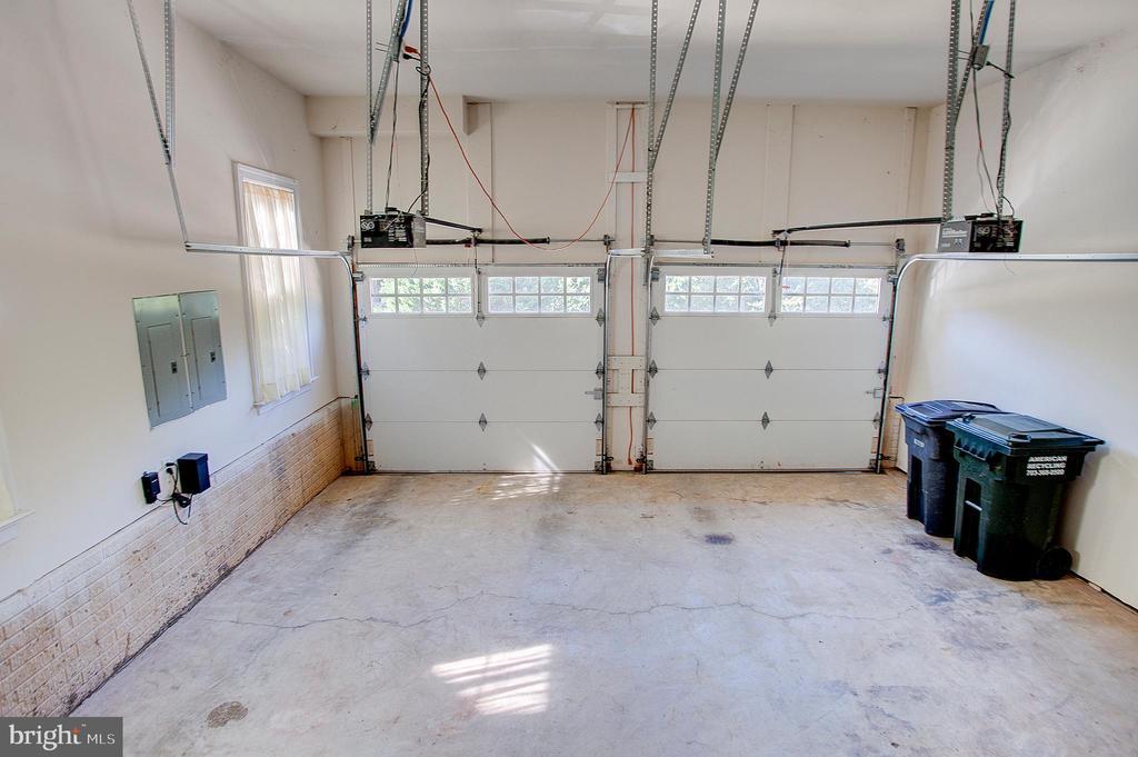 Two car garage with storage cabinets - 18310 FAIRWAY OAKS SQ, LEESBURG