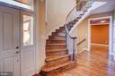Curved hardwood staircase - 18310 FAIRWAY OAKS SQ, LEESBURG