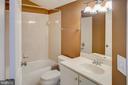 Upper level full bath - 18310 FAIRWAY OAKS SQ, LEESBURG