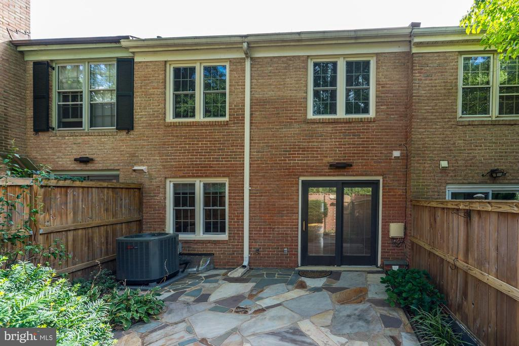 Charming courtyard with fieldstone - 2018 HIGHBORO WAY, FALLS CHURCH