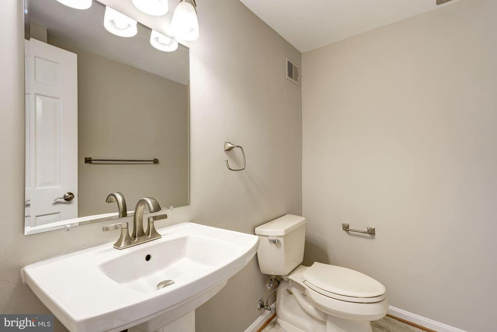 Main level powder room - 2018 HIGHBORO WAY, FALLS CHURCH