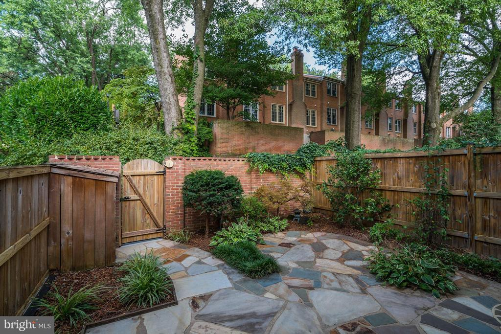Charming courtyard - 2018 HIGHBORO WAY, FALLS CHURCH