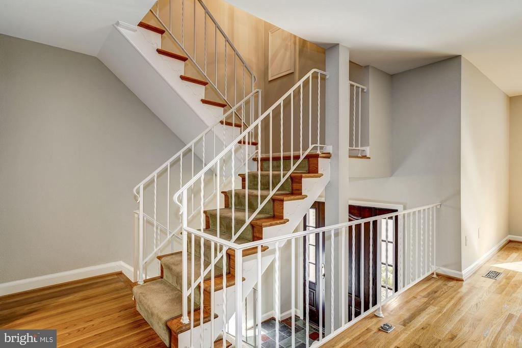 Split foyer/three-level split - 2018 HIGHBORO WAY, FALLS CHURCH
