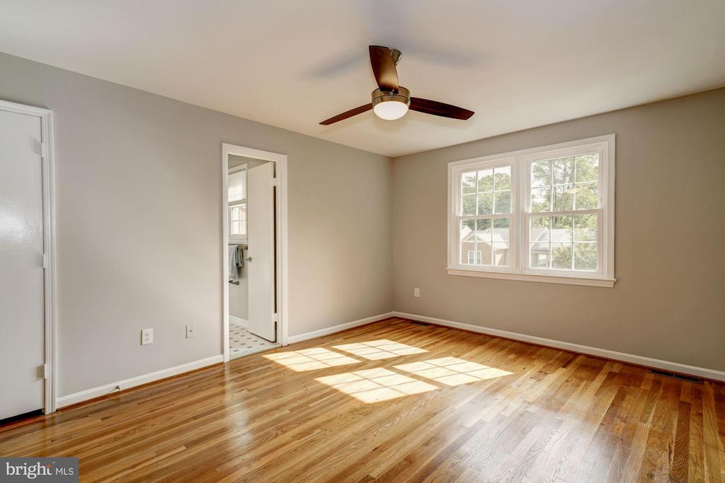 Sunny master bedroom with renovated bath - 2018 HIGHBORO WAY, FALLS CHURCH