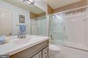Second-floor full bath - 478 FOXRIDGE DR SW, LEESBURG