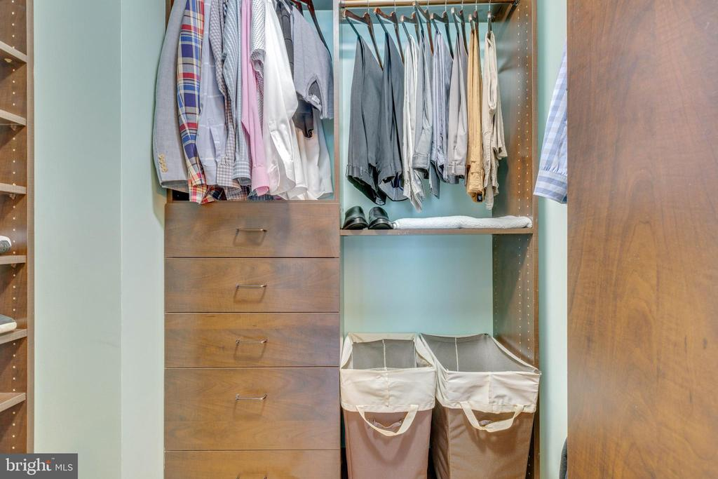 Walk-in closet with built-ins - 478 FOXRIDGE DR SW, LEESBURG