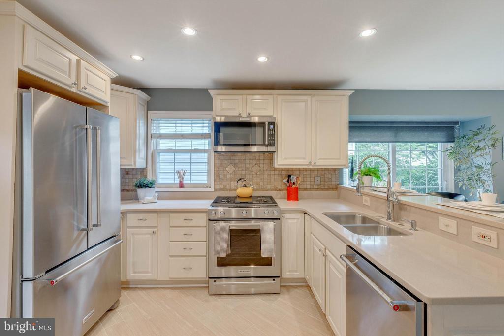 Kitchen with quartz countertops and porcelain tile - 478 FOXRIDGE DR SW, LEESBURG