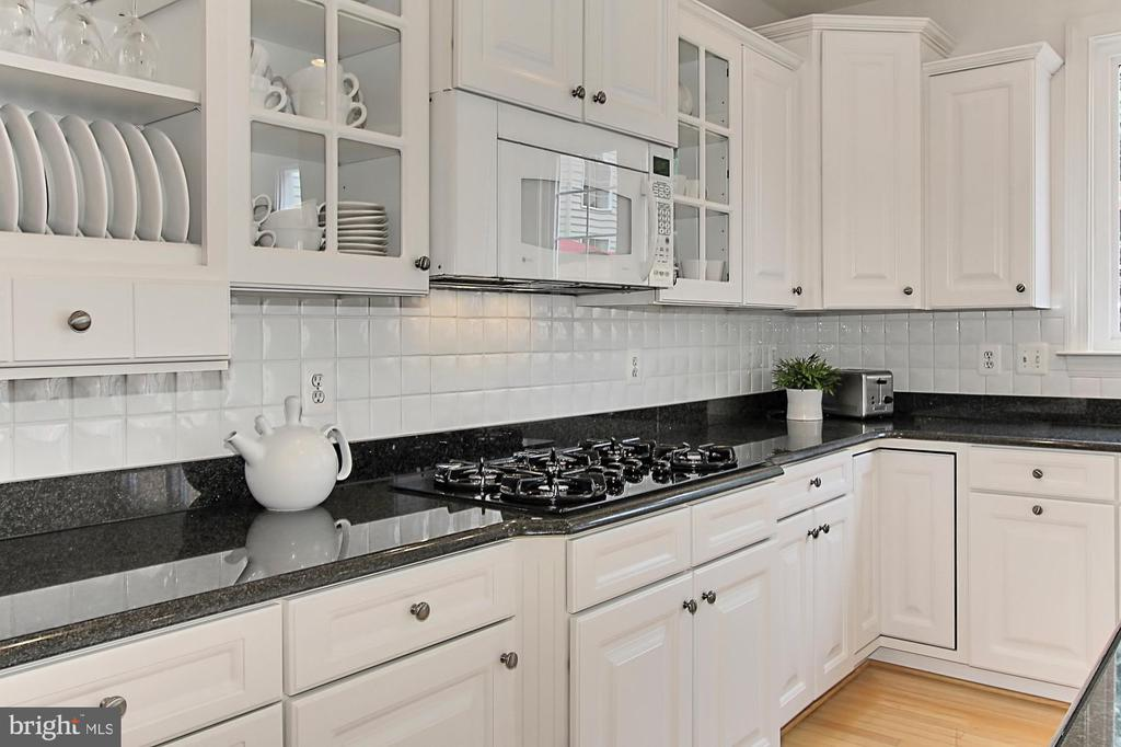 Decorator Cabinet Finishes & Large Walk In Pantry - 22478 PINE TOP CT, ASHBURN