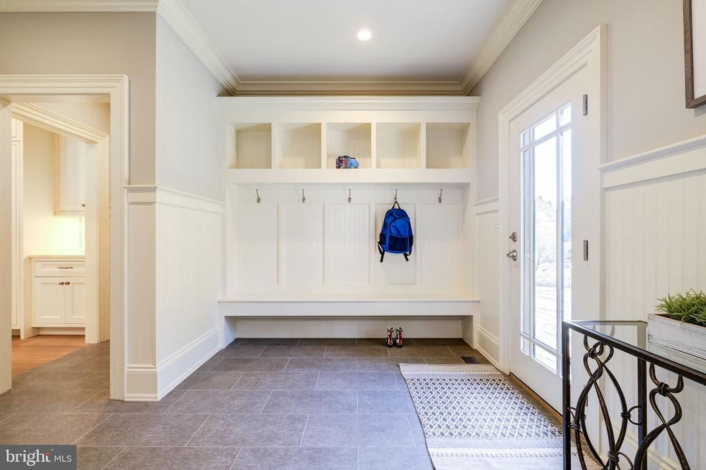 Mudroom off garage with private 1/2 bathroom - 3200 N ABINGDON ST, ARLINGTON