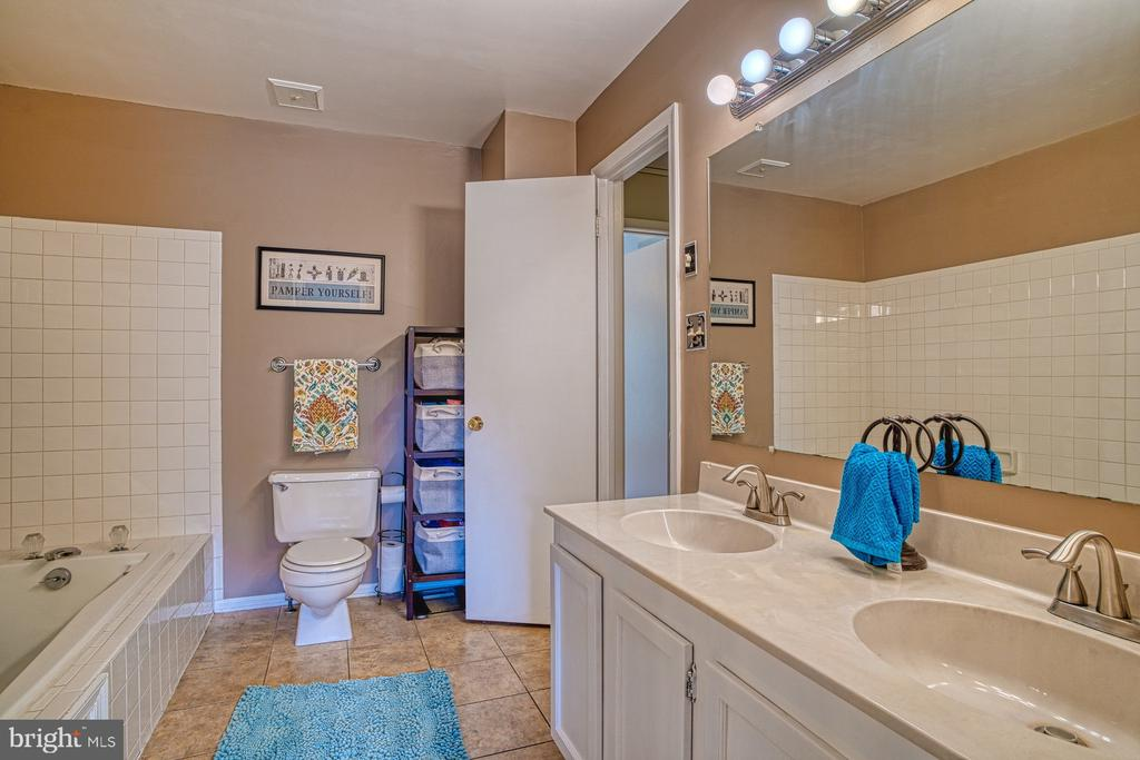Huge bathroom! - 7654 NORTHERN OAKS CT, SPRINGFIELD