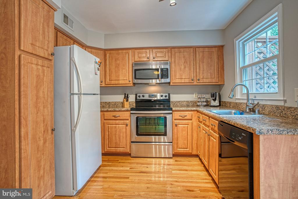 Plenty of counter space - 7654 NORTHERN OAKS CT, SPRINGFIELD