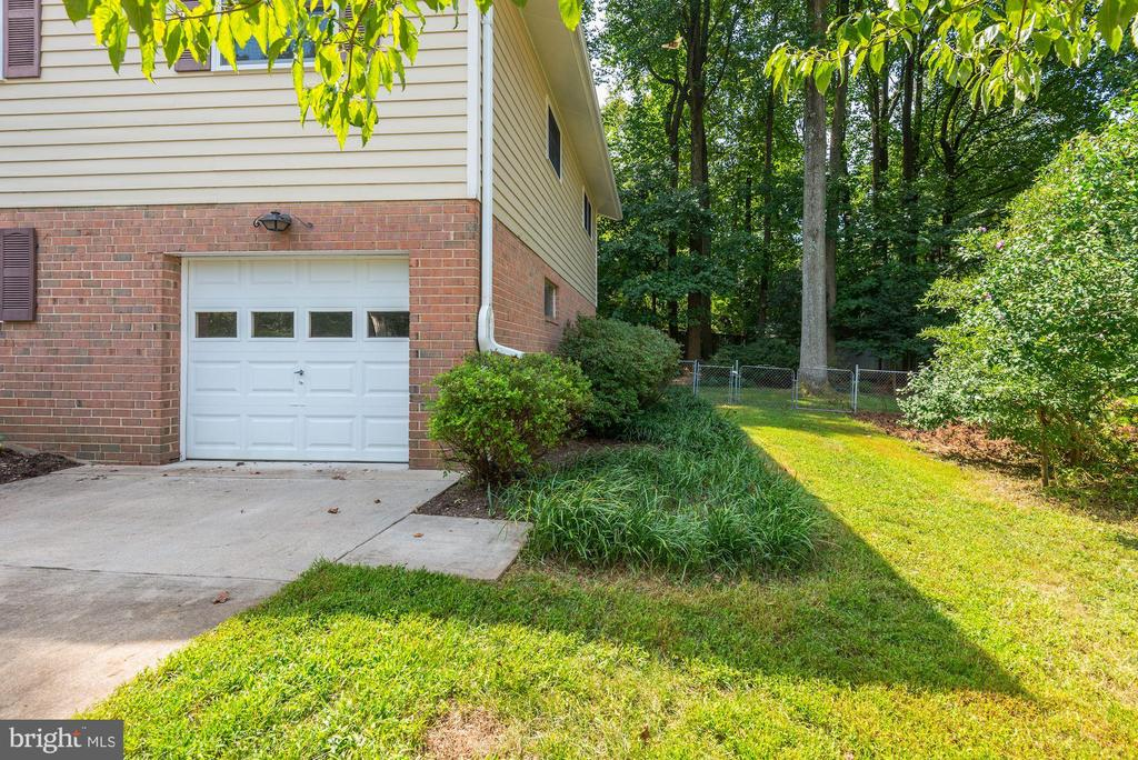 1 Car Garage + Long Driveway! - 5120 THACKERY CT, FAIRFAX
